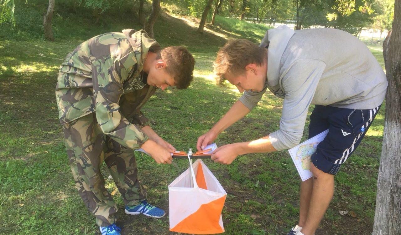 В лагере Траектория участники смены «Мастерская туризма» осваивают навыки спортивного ориентирования.