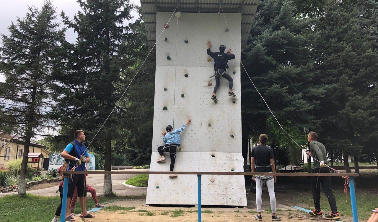 В лагере «Траектория» состоялись соревнования по скалолазанию